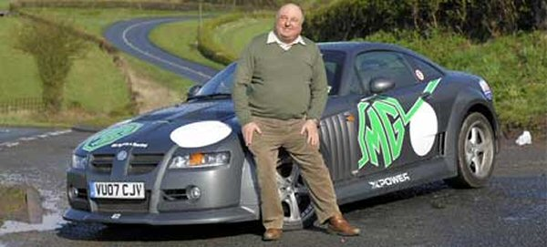 William Riley fait le fier devant sa MG Xpower WR...