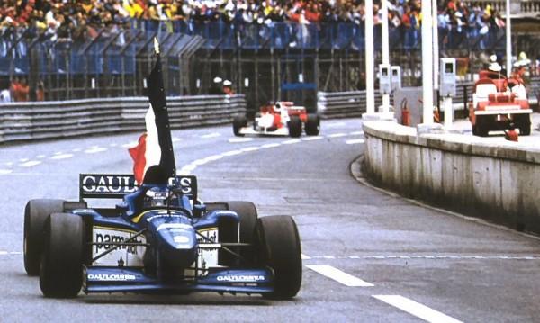 Olivier Panis, contre toute attente, gagne le Grand Prix de Monaco sur sa Ligier JS43 !