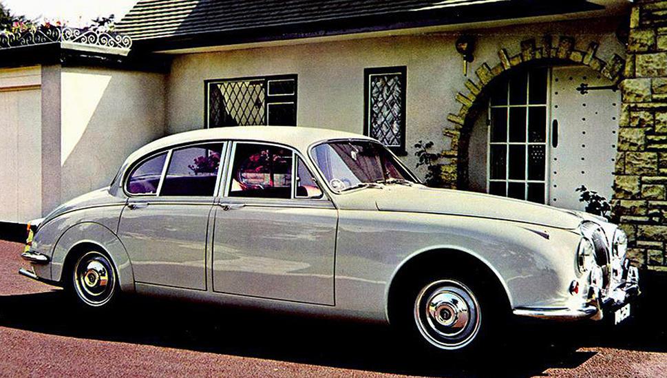 Une Daimler V8 250, équipée du même moteur que la SP 250, sous un capôt de Jaguar 240 !