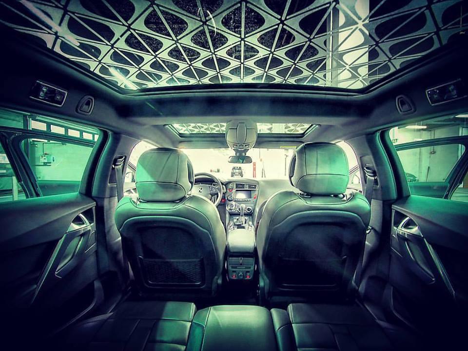 L'intérieur très confiné de la DS 5 (photo Toma de Saulieu)