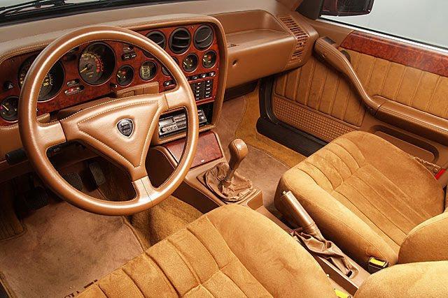 Le cuir n'était pas obligatoire sur la Lancia Thema 8.32, l'Alcantara y avait aussi sa place !
