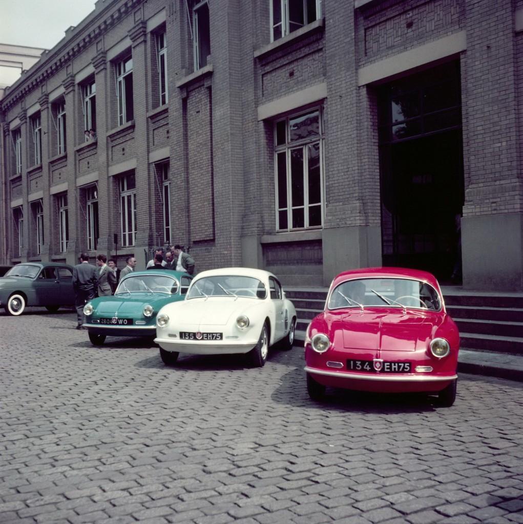 Les 3 A106 peintes en bleu/blanc/rouge lors de la présentation à Renault en 1955 !