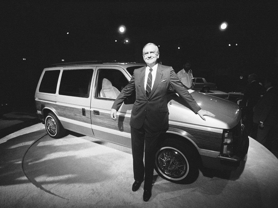 Lee Iaccoca fait le malin devant le Voyager, qui sortira 6 mois avant l'Espace... qui tire ses origines d'un projet Chrysler: ironie du sort !