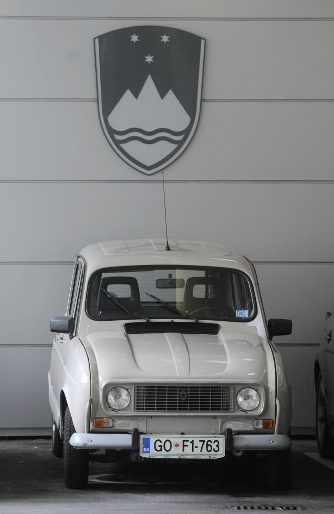 Slovenija, Ljubljana, 06.08.2010, 06. Avgust Osebno vozilo Renault 4 katrca Boruta Pahorja in Bmw sta parkirana pod grbom RS. Bobo: Bor Slana/ Bobo