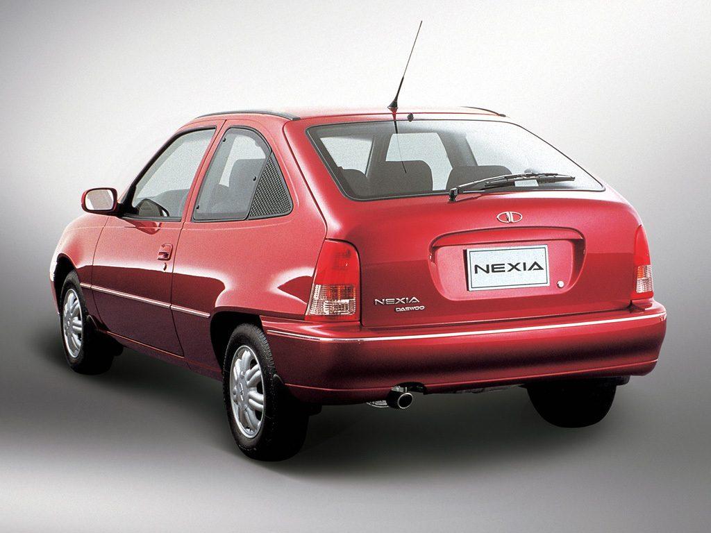 """La Daewoo Nexia vu de l'arrière, sans logo """"Le Juste Prix"""" malheureusement"""