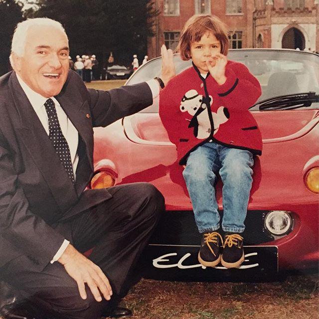 Romano Artioli et sa petite fille, Elisa, posant sur une Lotus Elise qui lui doit son nom !