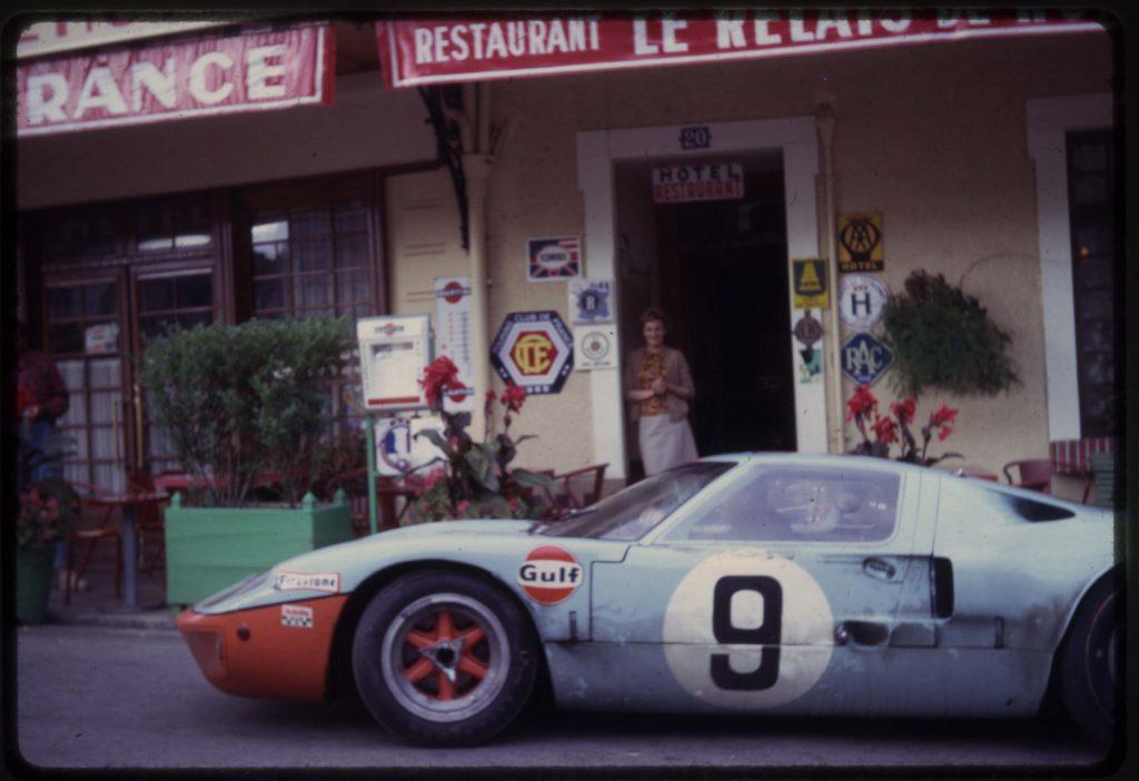 Une GT40 à son camp de base, l'hôtel de France de La Chartre !