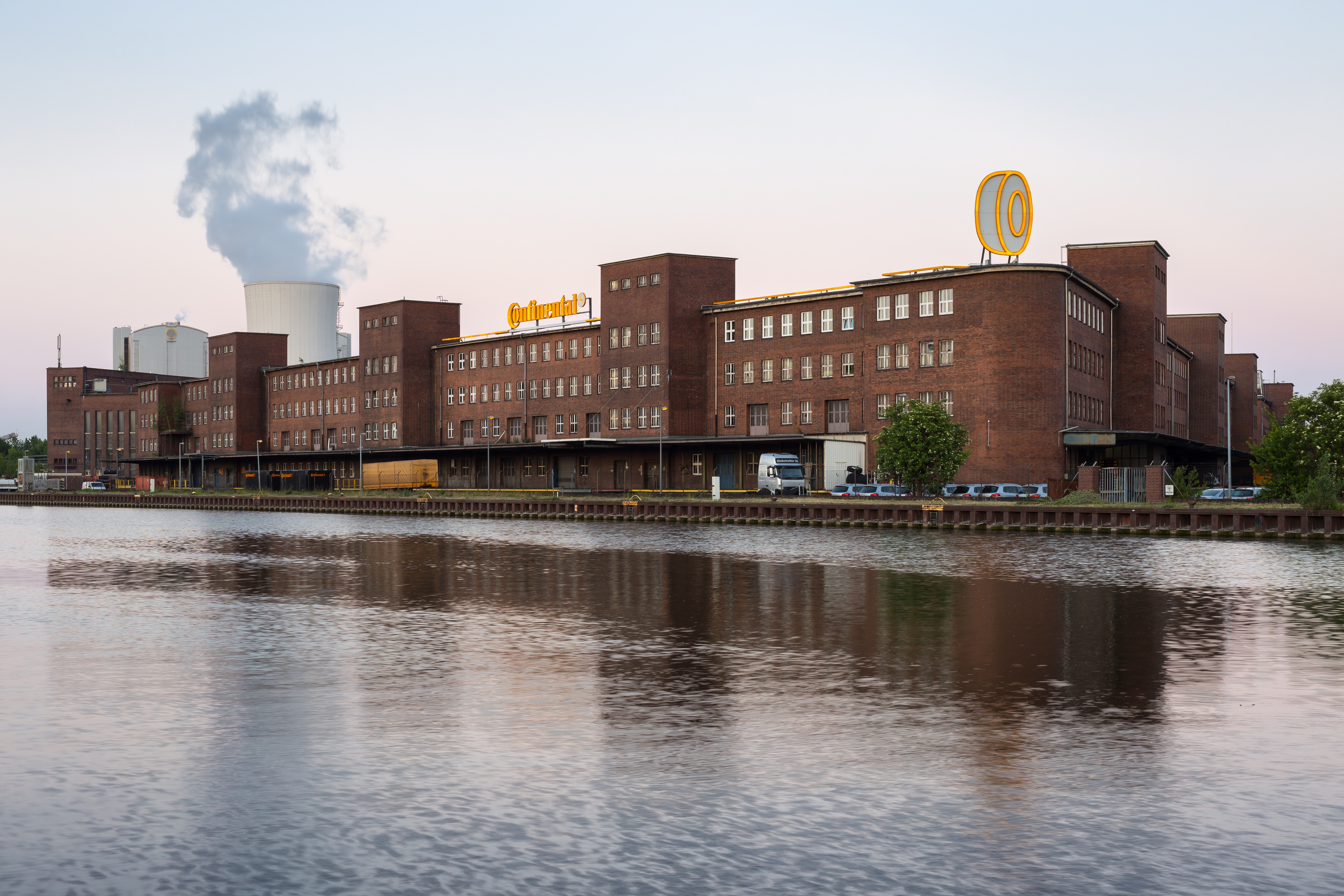 L'usine de pneus Continental à Hanovre, sur le Mittellandkanal, est dans la même veine architecturale...