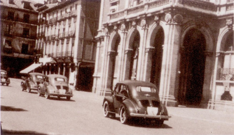 Les premières 4CV défilent dans Valladolid en 1953