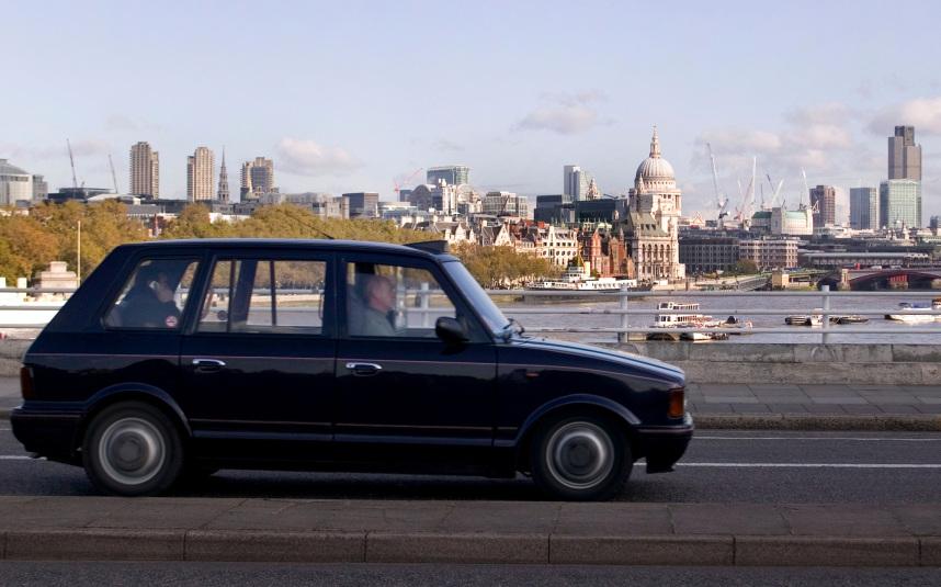 B5CA8A London Metro Cab driving over Waterloo Bridge